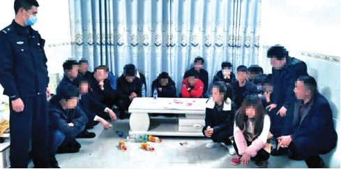 民警当场抓获聚众赌博的20名涉赌人员。 警方供图