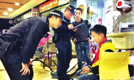 网格民警向小男孩了解情况。