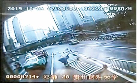 邓师傅在扶护栏。 视频截图