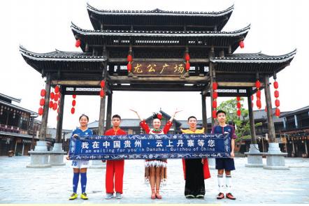 莫秋、王邦健、周露露、杨昌胜、蒋啸(从左到右)在临行前合影。