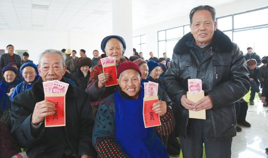 80岁以上老人领取慰问金。 陈波 摄