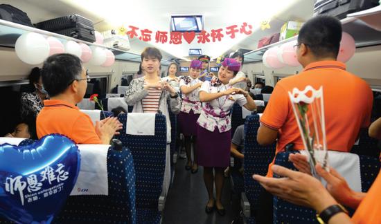 乘务员们为车厢里的老师们表演手语《听我说谢谢你》。