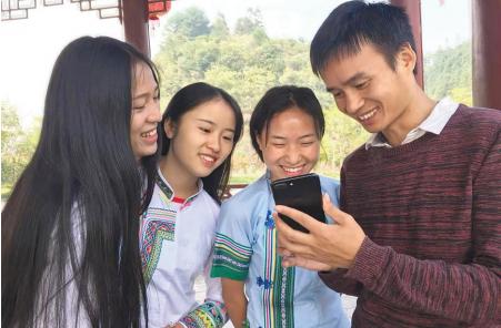 """吴玉圣以""""侗家网红""""为宣传口,带动村民脱贫致富。"""