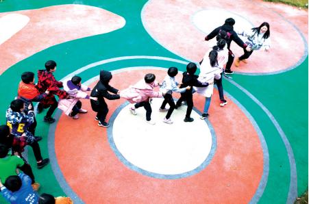 卢小卜正在和孩子们做游戏。