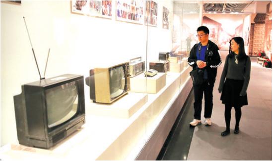 满屏雪花的黑白电视机、双卡收录机、匣子里的收音机,墙上的西游记、神雕侠侣剧照,无不是中年人儿时的记忆。
