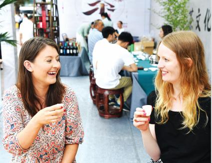 两位外国人到茶活动现场品茗。