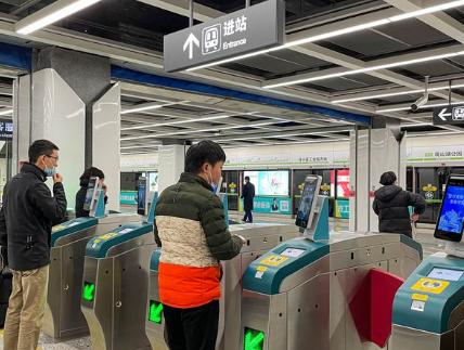 在贵阳地铁站,市民正在刷脸进站乘车。赵妍迪摄