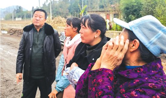 朱华祥(左一)与村民在一起。