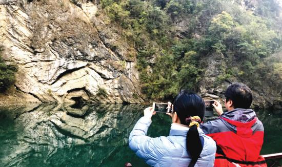 修文索风湖岸上的褶皱景观
