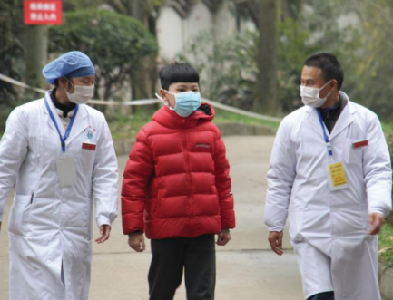 医生送10岁小患者出院。