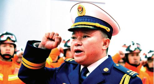 安顺市消防救援支队长王勇带领参加仪式的消防救援人员庄严宣誓