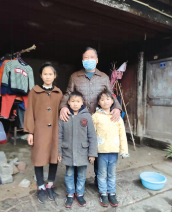 村支书林晓明和三个孩子合影。