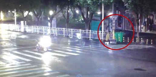 好心女驾驶员将移动红绿灯截停,并推向路边。 视频截图