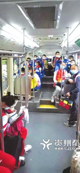 609路公交车在山水黔城三组团接学生上学。