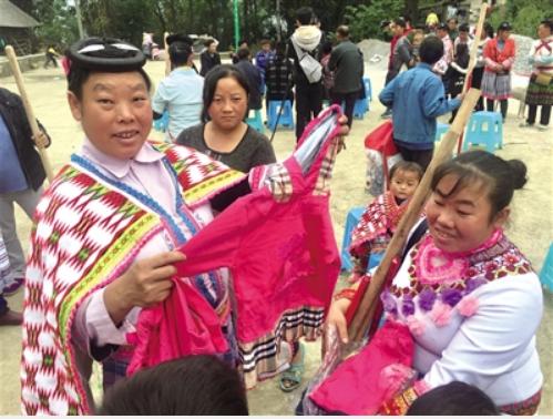 村民领到新衣服,喜笑颜开。