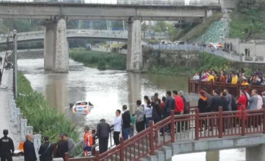 轿车撞断护栏坠入四方河 司机受轻伤,一路人不幸身亡