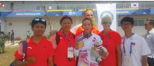李悦(中)获取金牌。 图由省体育局提供