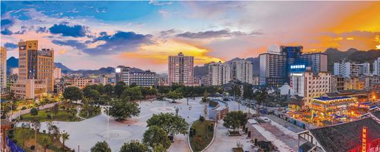 夜幕下的荔波县城。