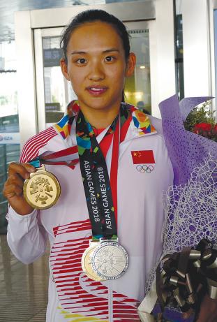 李悦展示金牌
