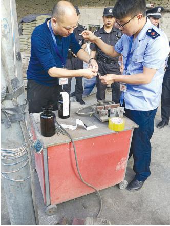 5月11日-16日,荔波县商务、公安、安监等部门联合,成功处置3处无证无照违法销售散装燃油窝点,共处置查封油品4吨,油罐车2辆。图为相关人员正在取样油品