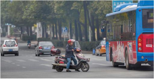 一辆摩托车发现前方有交警检查,立马闯红变向。