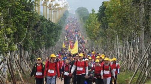 1500名徒步爱好者参加环万峰林国际持杖徒步大会 冯四方 摄