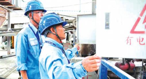 工作人员对企业用电设备进行隐患排查。