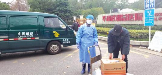 华润武钢总医院收到邮寄的医用物资。 受访者供图