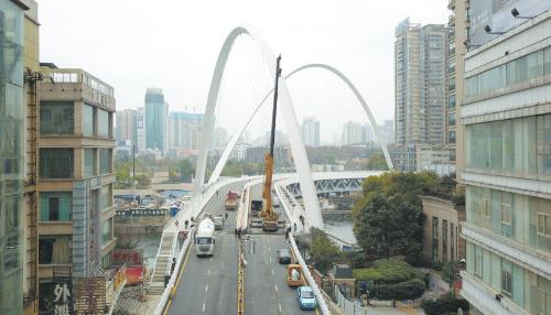 人民大道南段筑城广场跨南明河大桥已经建设完成