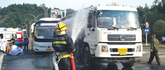 消防喷水降温,医疗单位救治伤员。