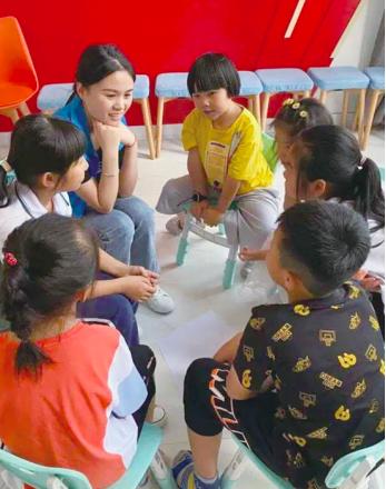暑托班的老師與孩子交流。