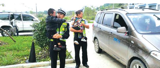 警员将两名孩子带回休息站。