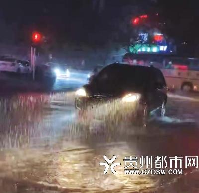 刘女士外出看到的情景,天还在下着雨,而路面已明显有积水。