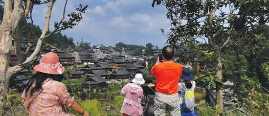 来自深圳的游客在从江岜扒侗寨拍照。 (郑铁 摄)
