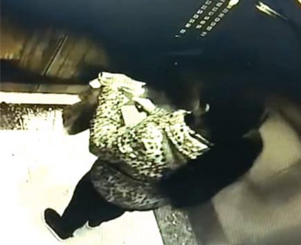 电梯内烧钱纸。 视频截图