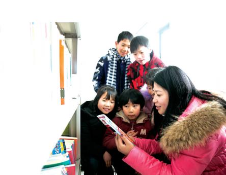 卢小卜帮孩子们挑选图书。