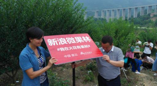 县委常委 统战部部长张正贤和火花镇党委书记韦天艳和正在进行立牌仪式