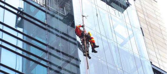 两工人被困20米高空两小时