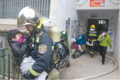 将楼上住户的孩子紧急疏散。