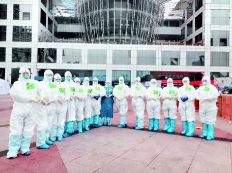 进舱前,部分贵州护理队队员在武汉市江汉方舱医院前记录下难忘瞬间