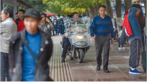 不少电瓶车为了避堵,骑上了人行道。