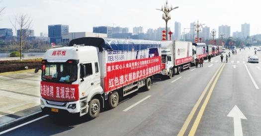 满载物资的运输车即将出发。