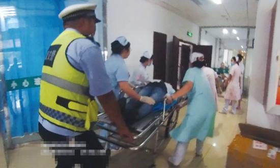 警员将产妇送进医院。