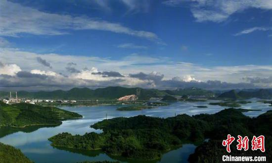 清镇市红枫湖景区。张天林 摄