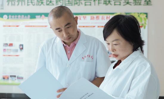 张丽艳(右)组建技术团队并联合企业开展头花蓼系统研究