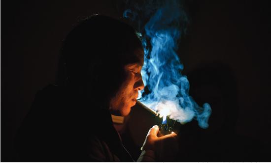 在公共场所吸烟,危害自己,还会造成二手烟危害别人
