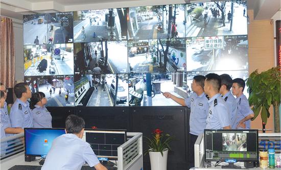 """公交分局运用""""天网""""、公交车视频监控、出租车视频监控开展警情研判。 贵阳公安供图"""