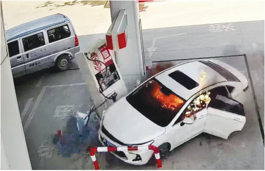 燃着火冲进加油站的白色轿车(监控截图)