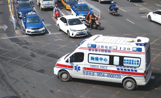 一辆急救车正在转运病人。赵元华 摄