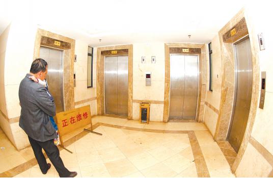 一小区内的电梯。 本报记者邱凌峰 摄